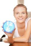Adolescente feliz y sonriente con el reloj Imagenes de archivo