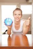 Adolescente feliz y sonriente con el reloj Imagen de archivo libre de regalías