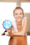 Adolescente feliz y sonriente con el reloj Foto de archivo