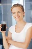 Adolescente feliz y sonriente con el vidrio de cola Imágenes de archivo libres de regalías