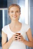 Adolescente feliz y sonriente con el vidrio de cola Foto de archivo libre de regalías