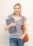 Adolescente feliz y sonriente con la computadora portátil Imagenes de archivo