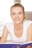 Adolescente feliz y sonriente con la libreta grande Fotografía de archivo