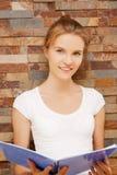 Adolescente feliz y sonriente con la libreta grande Foto de archivo libre de regalías