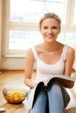 Adolescente feliz y sonriente con la revista Foto de archivo libre de regalías