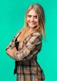 Adolescente feliz y sonriente en camisa Fotografía de archivo libre de regalías