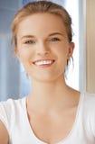 Adolescente feliz y sonriente en un cuarto de baño Fotografía de archivo libre de regalías