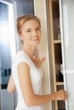 Adolescente feliz y sonriente en un cuarto de baño Fotos de archivo libres de regalías