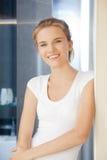 Adolescente feliz y sonriente en un cuarto de baño Fotos de archivo