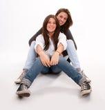 Adolescente feliz y su madre Foto de archivo libre de regalías