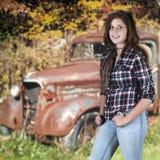 Adolescente feliz y un camión de los desperdicios Imagen de archivo
