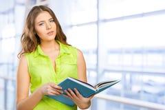 adolescente femenino alegre con un libro Fotografía de archivo
