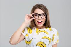 Adolescente femenino alegre en los vidrios que miran la cámara Foto de archivo libre de regalías