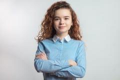 Adolescente femenino apuesto con los brazos cruzados Imágenes de archivo libres de regalías