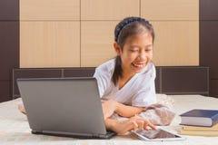 Adolescente femenino asiático feliz que usa tecnología Fotos de archivo