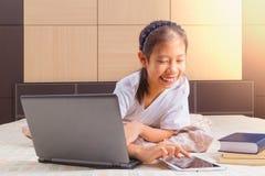 Adolescente femenino asiático feliz que usa tecnología Imágenes de archivo libres de regalías