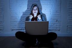 Adolescente femenino asustado con cyberbullying y el acoso sufridores del ordenador portátil del ordenador en línea que son abusa Imágenes de archivo libres de regalías