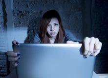 Adolescente femenino asustado con cyberbullying y el acoso sufridores del ordenador portátil del ordenador en línea que son abusa Fotos de archivo