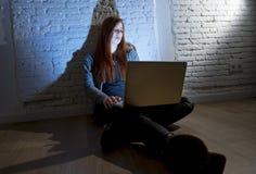 Adolescente femenino asustado con cyberbullying y el acoso sufridores del ordenador portátil del ordenador en línea que son abusa Fotos de archivo libres de regalías