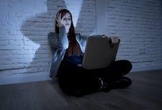 Adolescente femenino asustado con cyberbullying y el acoso sufridores del ordenador portátil del ordenador en línea que son abusa Imagen de archivo