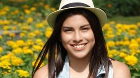 Adolescente femenino bastante sonriente durante la primavera Imagenes de archivo