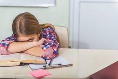 Adolescente femenino cansado enojado en escuela Foto de archivo