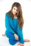 Adolescente femenino caucásico lindo sonriente con el vestido azul Imagen de archivo libre de regalías