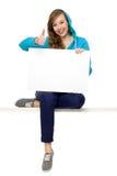 Adolescente femenino con el cartel en blanco Imágenes de archivo libres de regalías