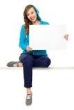 Adolescente femenino con el cartel en blanco Fotografía de archivo