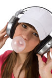 Adolescente femenino con el chicle de globo y los auriculares Fotos de archivo libres de regalías