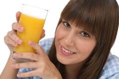 Adolescente femenino con el jugo sano para el desayuno Foto de archivo
