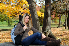 Adolescente femenino con el morral - otoño Imagen de archivo
