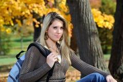 Adolescente femenino con el morral - otoño Fotografía de archivo libre de regalías