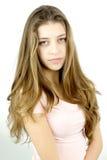 Adolescente femenino con el pelo muy largo que mira la sonrisa de la cámara feliz Fotografía de archivo