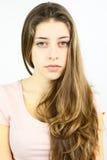 Adolescente femenino con el pelo rubio que mira la cámara Imagenes de archivo