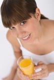 Adolescente femenino con el zumo de naranja sano Imágenes de archivo libres de regalías
