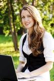 Adolescente femenino con la computadora portátil Imagen de archivo libre de regalías