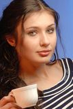 Adolescente femenino con la taza de té Fotografía de archivo