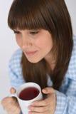 Adolescente femenino con la taza de té para el desayuno Foto de archivo libre de regalías