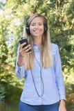 Adolescente femenino con las auriculares encendido Imágenes de archivo libres de regalías