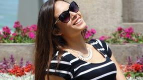 Adolescente femenino con las gafas de sol en verano Fotografía de archivo libre de regalías