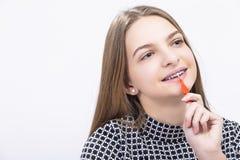 Adolescente femenino con los soportes de los dientes usando el cepillo de dientes interdental para limpiar Fotos de archivo libres de regalías
