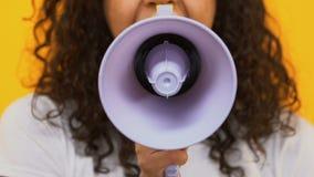 Adolescente femenino confiado que grita en el altavoz, libertad de expresión, promoción metrajes