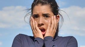 Adolescente femenino dado una sacudida eléctrica Fotografía de archivo