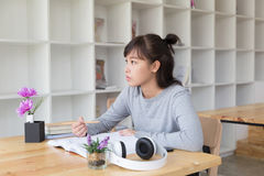 adolescente femenino de la muchacha asiática que estudia en la escuela Estudiante b de lectura Fotos de archivo