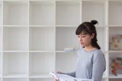 adolescente femenino de la muchacha asiática que estudia en la escuela Estudiante b de lectura Imágenes de archivo libres de regalías