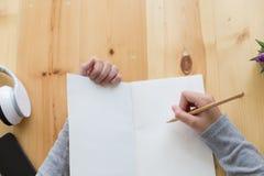 adolescente femenino de la muchacha asiática que estudia en la escuela Estudiante que escribe n Imagen de archivo libre de regalías