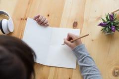 adolescente femenino de la muchacha asiática que estudia en la escuela Estudiante que escribe n Imagen de archivo