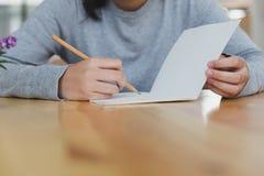 adolescente femenino de la muchacha asiática que estudia en la escuela Estudiante que escribe n Imágenes de archivo libres de regalías