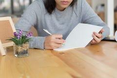adolescente femenino de la muchacha asiática que estudia en la escuela Estudiante que escribe n Foto de archivo